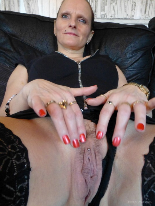 Mature whore enjoying her work with two cocks