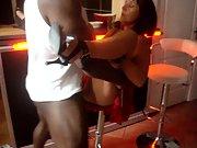 Salope offerte a black devant son cocu de mari qui filme